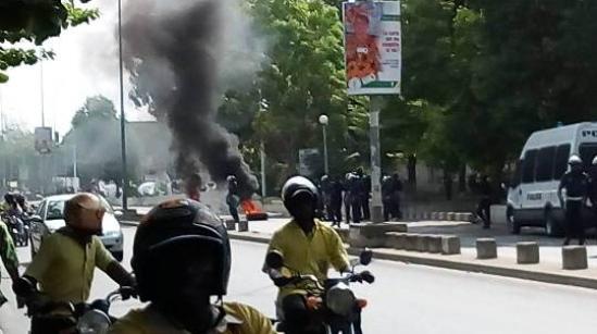 Tribunal de Cotonou Altercation entre policiers et manifestants réclamant la libération de Mètongnon