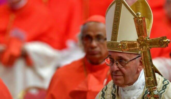 Monde  : Le pape accepte la démission de deux évêques chiliens