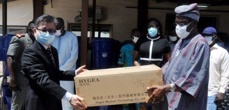 Don de l'ambassade de Chine à la Céna: Du matériel de protection pour les bureaux de vote